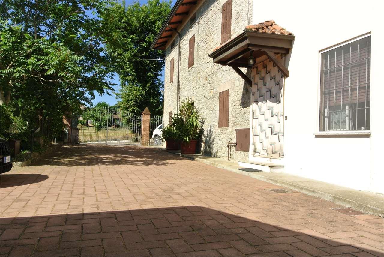 Cazzola-Rustico Casale con piscina e giardino